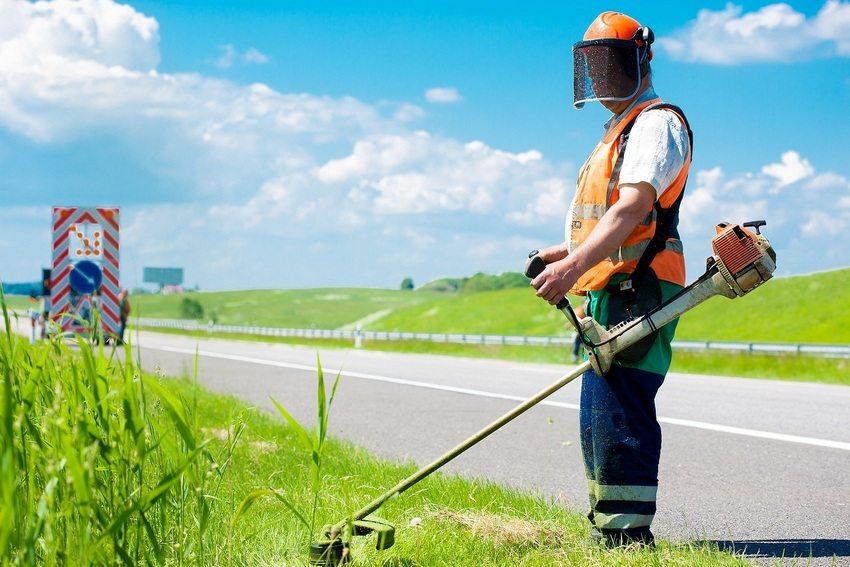 Специальные ремни помогают равномерно распределять нагрузки, что значительно облегчает процесс скашивания травы