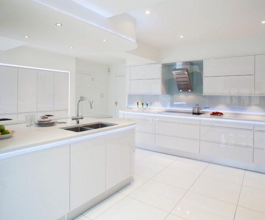 Белоснежная кухня в стиле хай-тек с применением дополнительной подсветки из светодиодных лент