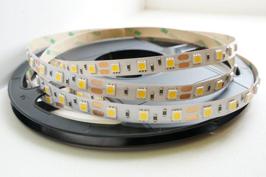 Светодиодная лента на самоклеющейся основе – универсальный источник света