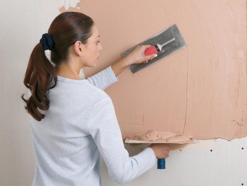 Процесс нанесения декоративной смеси на стену