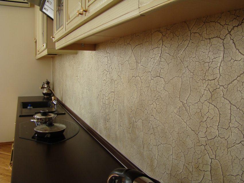 Создать эффект старины на стенах поможет выполнение декоративной отделки в технике кракелюр