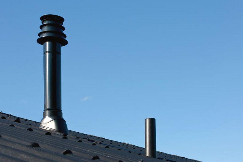 Дымоход из стальных труб на крыше частного дома