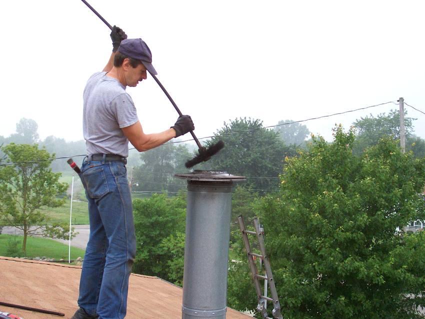 Процесс прочистки дымоотвода от сажи