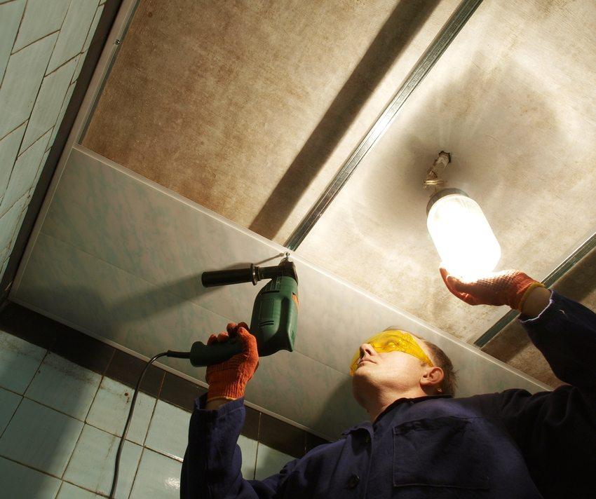 Процесс обустройства потолка из пластиковых панелей в ванной комнате