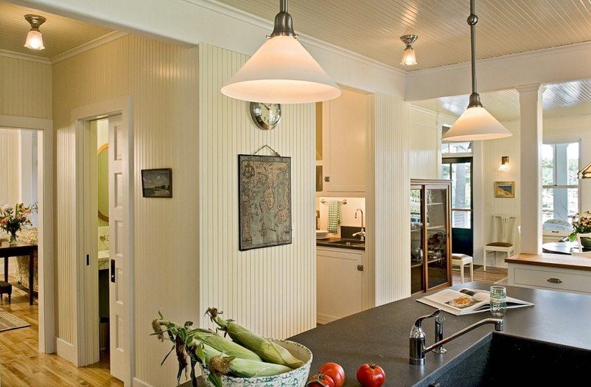 Потолок и стены кухни-гостиной облицованы пластиковой евровагонкой