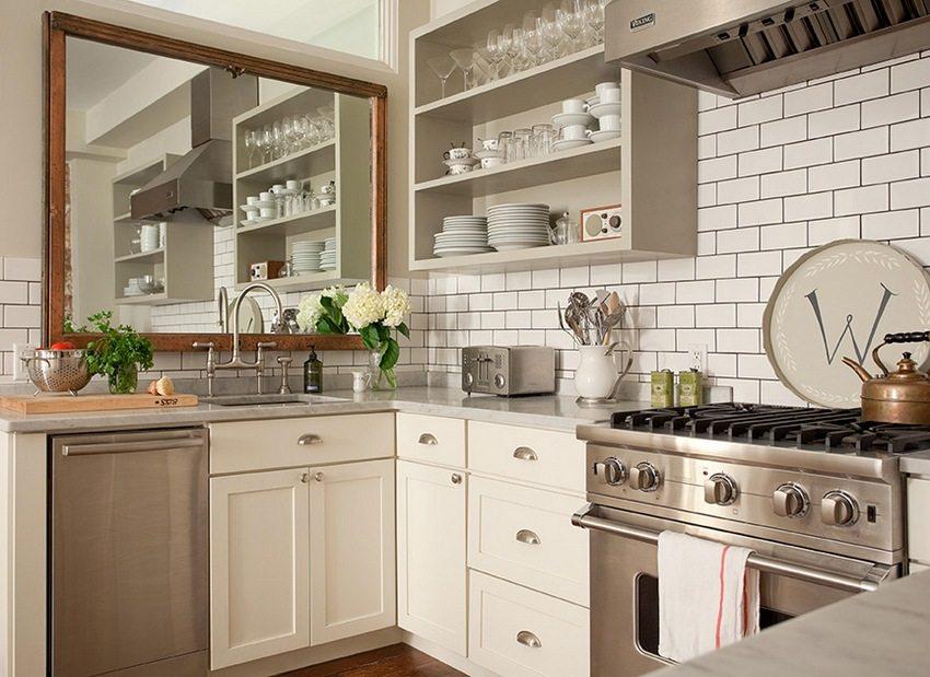 Фартук на кухне оформлен с помощью пластиковых панелей, стилизованных под плитку