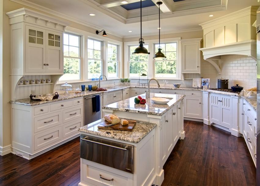 Стены в кухне частично оформлены с помощью поливинилхлоридных панелей