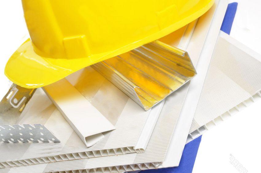 С отделкой помещения поливинилхлоридными панелями может справиться даже новичок