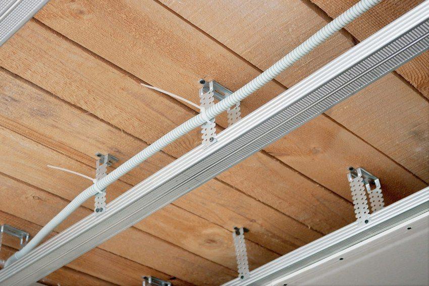В качестве материалов для строительства обрешетки могут быть использованы деревянные рейки или металлические профили