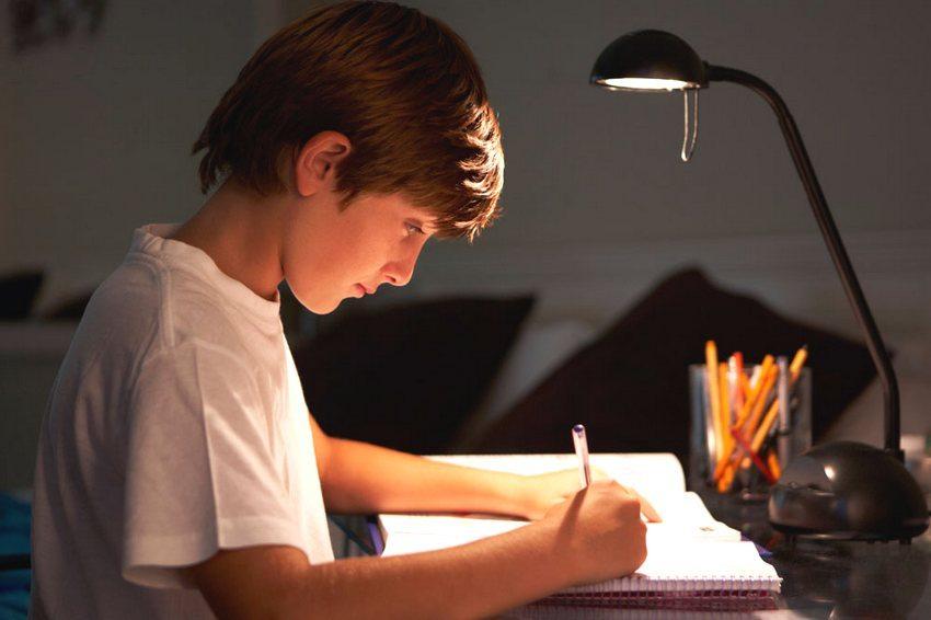 Для настольных светильников рекомендуется использовать светодиодные лампы, свет которых максимально приближен к естественному дневному