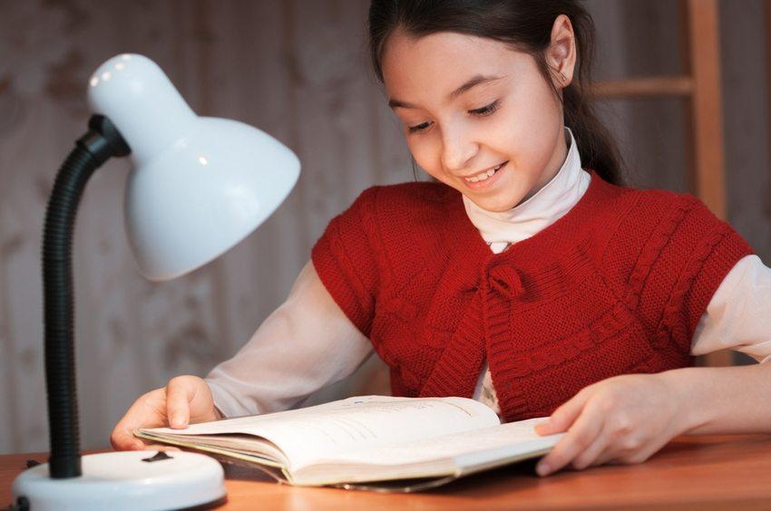 При выборе модели настольной лампы для ребенка в первую очередь необходимо руководствоваться максимальной комфортностью прибора и его безопасностью