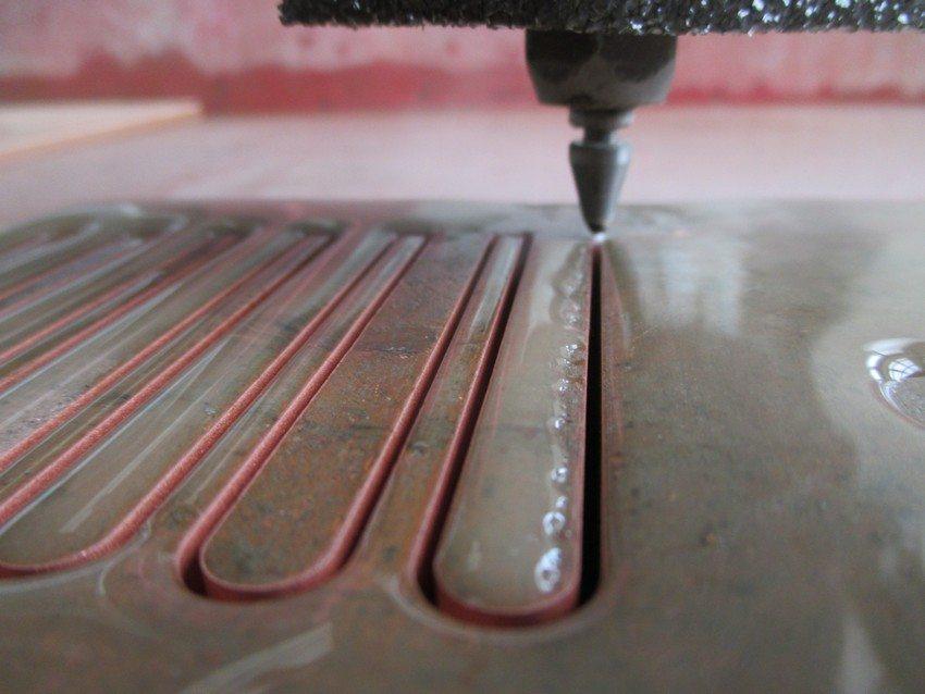 Для вырезания фигурных изделий, создания тонких и изысканных узоров и орнаментов используется гидроабразивная резка