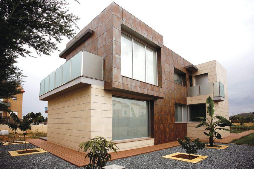 Фасад современного здания облицован керамогранитной плиткой различных цветов и размеров