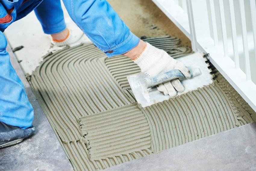 Хорошим вариантом для надежного и качественного крепления керамогранитной плитки будет цементная смесь с пластификаторами в составе