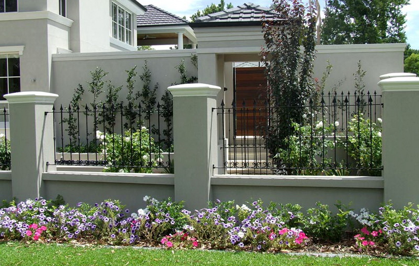 Колпаки на заборные столбы из бетона выглядят просто и элегантно