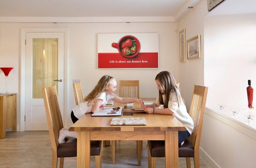 Кварцевый инфракрасный обогреватель является ярким акцентом в интерьере столовой