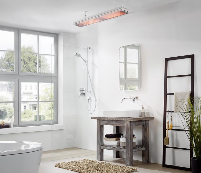 Инфракрасный кварцевый обогреватель, расположенный на потолке ванной комнаты