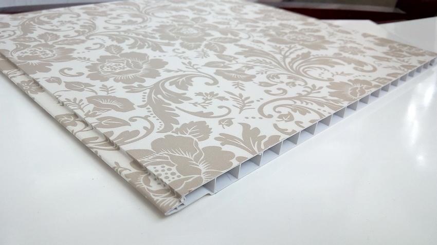Пластиковые панели бесшовного типа позволяют создавать непрерывные узоры в отделке стен или потолка