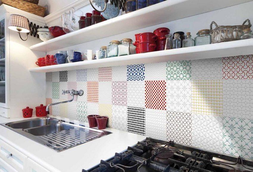 Отделка ПВХ-панелями на кухне чаще всего используется в легко загрязняемых зонах