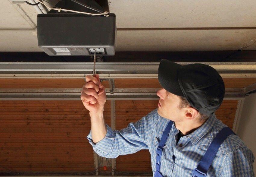 При установке подъемных ворот в гараже своими руками, важно выполнить точные замеры и быть внимательным при монтаже направляющих