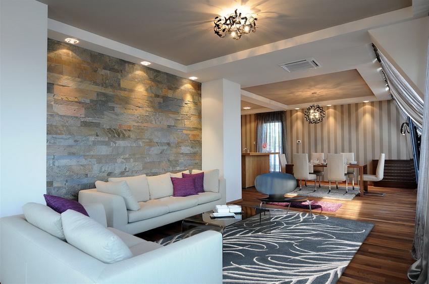 Пример использования потолочных светодиодных люстр в интерьере гостиной комнаты