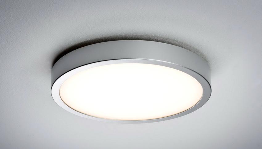В интерьере просторных комнат как правило используют габаритные модели накладных светильников