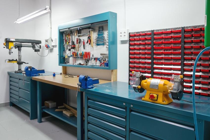 Над рабочими столами можно дополнительно оборудовать энергосберегающие светильники
