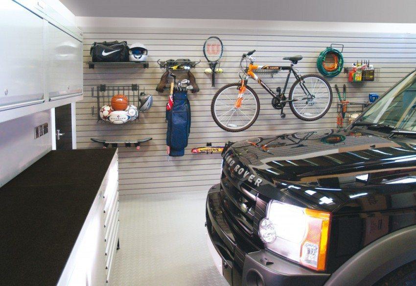Самодельный стенд в гараже для хранения спортивного инвентаря