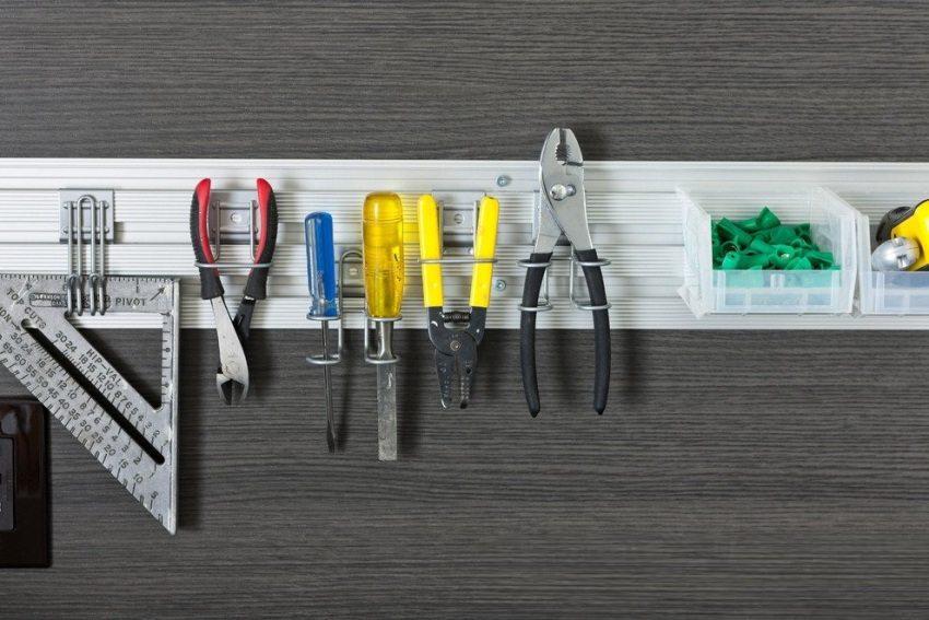 Настенная пластиковая планка для компактного хранения мелкого инструментария
