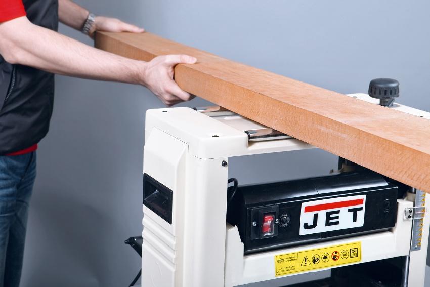 Подача деревянного элемента в станок происходит вручную или автоматически