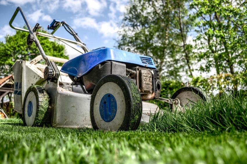 От мощности двигателя напрямую зависит производительность и качество работы газонокосилки