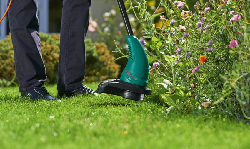 Благодаря своему небольшому размеру и мобильности, ручная газонокосилка легко очищает самые сложные участки