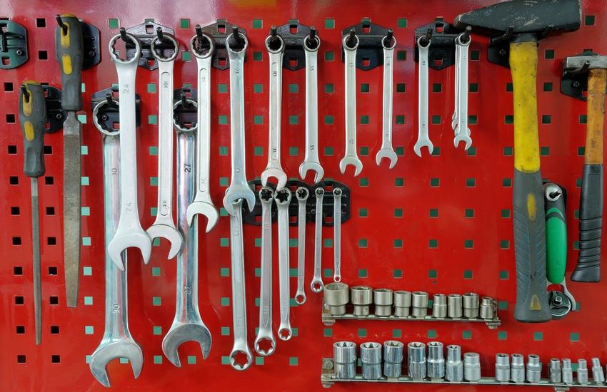 Полка-щит из перфорированной стали для подвешивания мелких инструментов