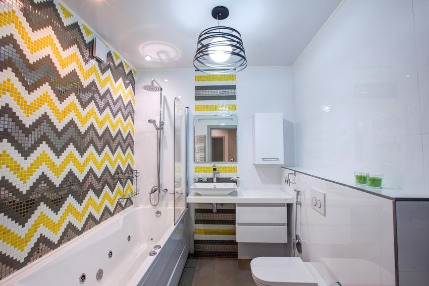 Стены ванной оформлены с помощью двух видов стеновых панелей - белоснежных глянцевых и имитирующих мозаику