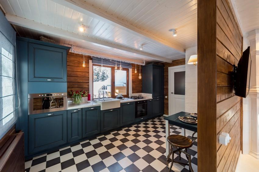 Ламинированные панели из пластика, установленные на потолке и стенах кухни