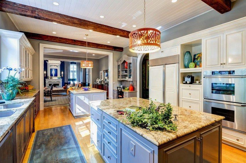 Белые глянцевые или матовые панели ПВХ - один из самых популярных вариантов оформления стен и потолка кухни