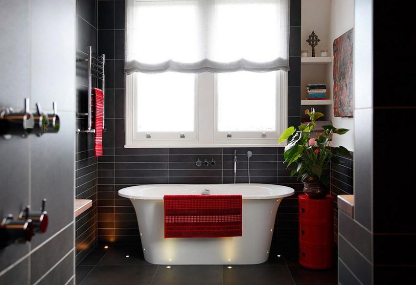 Стены современной ванной комнаты оформлены пластиковыми панелями, имитирующими кафель