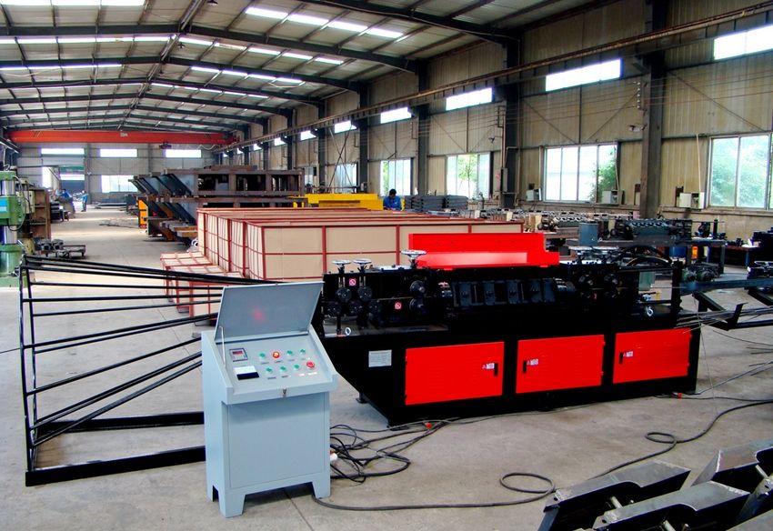 Автоматизированный гидравлический правильно-отрезной станок METAL KING GJH-14 на производстве, занимающемся изготовлением металлических конструкций