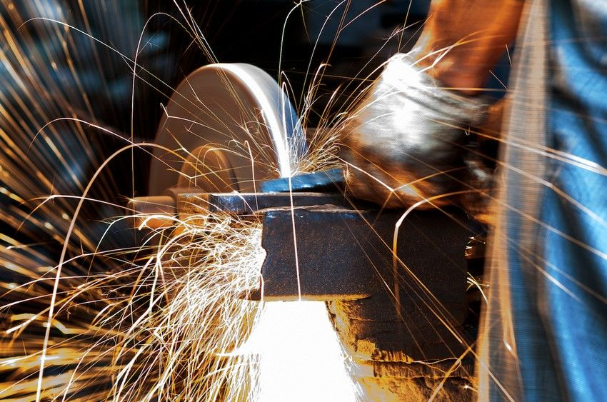 Процесс обработки металлической детали на абразивно-отрезном станке