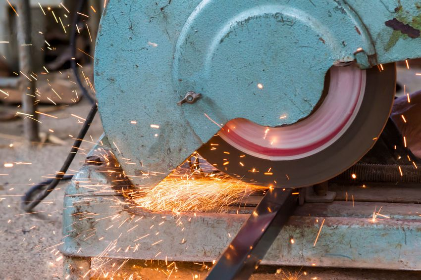 Дисковый отрезной станок по металлу в процессе работы