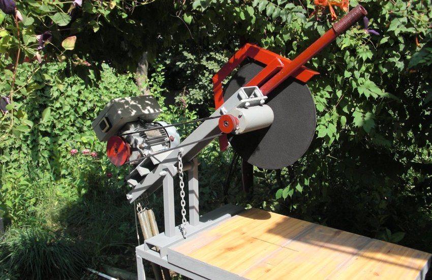 В качестве режущего элемента в самодельных отрезных станках используется диск, изготовленный из быстрорежущей стали, или круг с покрытием в виде абразивного материала