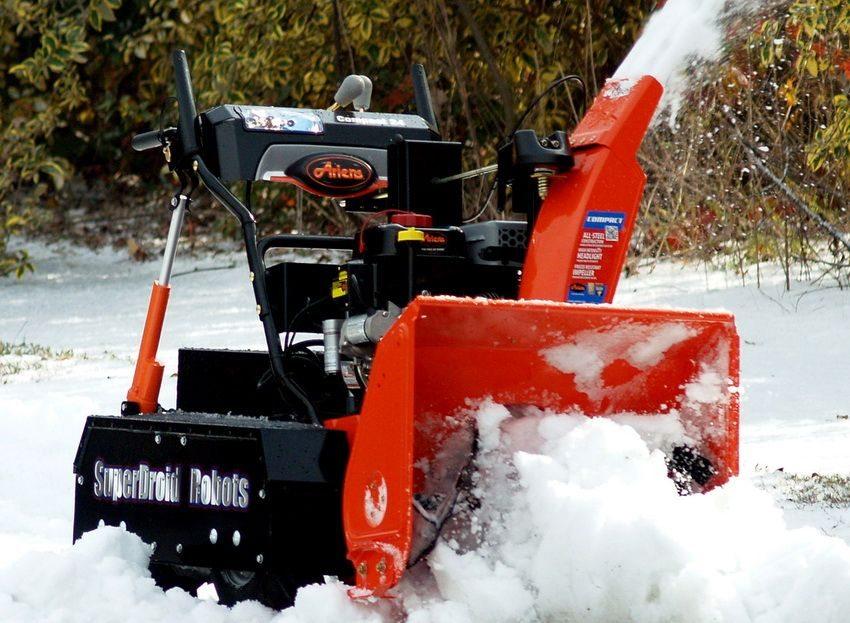 Снег собирается с помощью крыльчатки, измельчается и откидывается на расстояние от зоны уборки