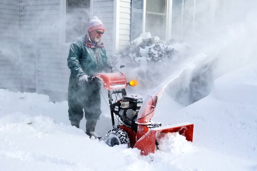Преимуществом одноступенчатой снегоуборочной машины является легкость и мобильность