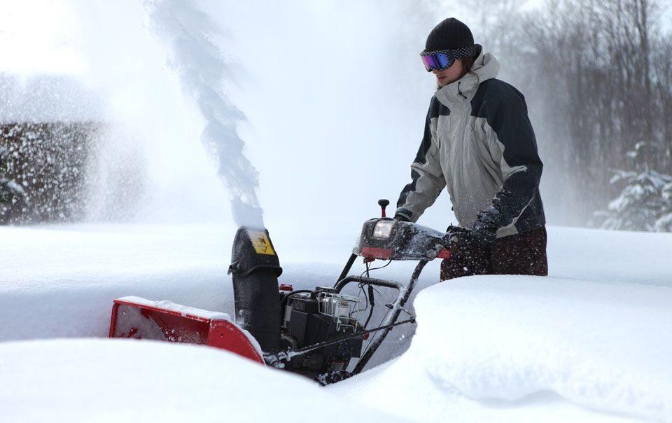 Снегоуборочные машины на бензиновом двигателе отличаются высокой мощостью