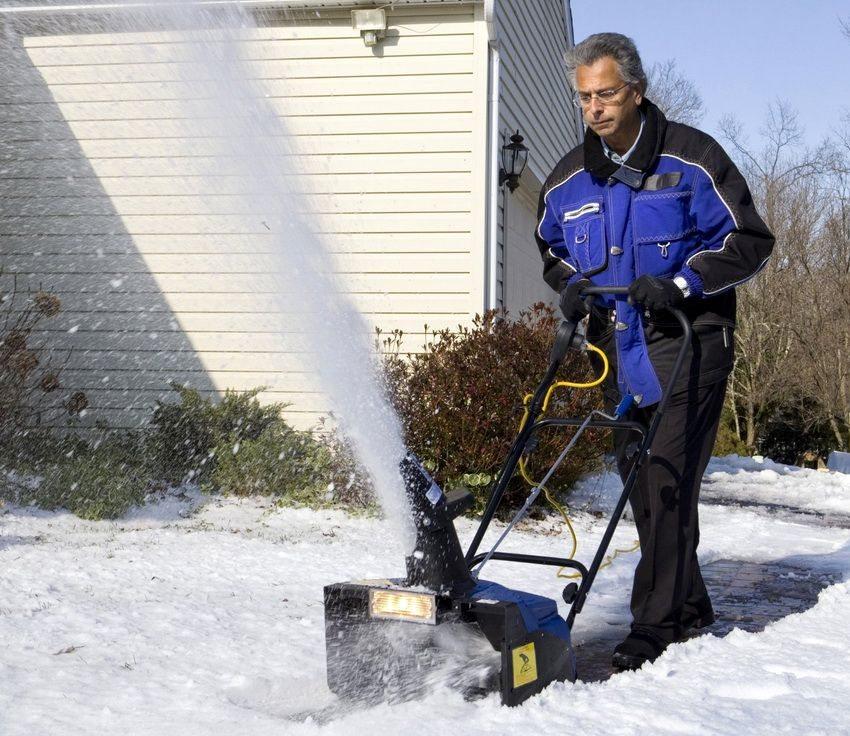 Электрические снегоуборочные машины хороши своей невысокой стоимостью и простотой в эксплуатации