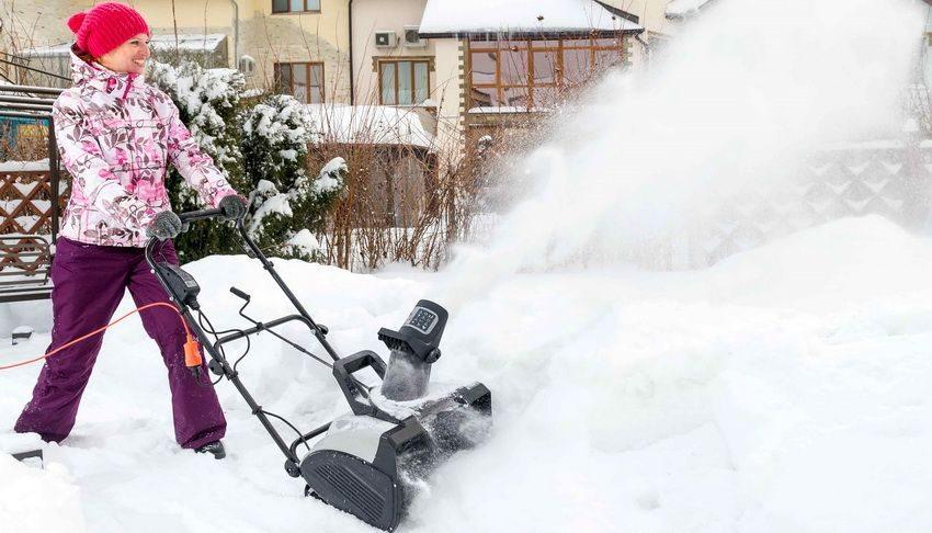 Снегоуборщики работающие от электросети хорошо подходят для уборки небольших придомовых участков