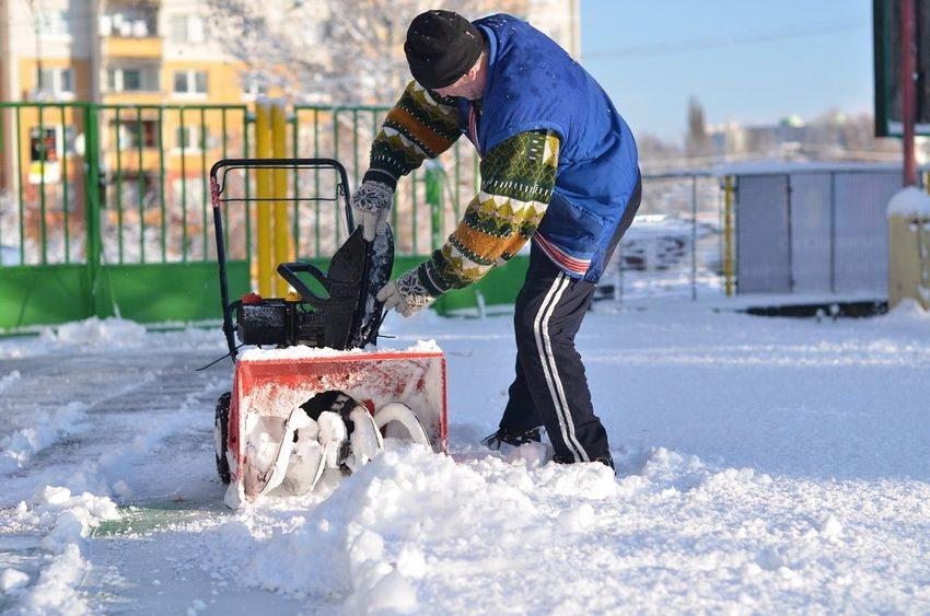 Для уборки снега на небольшом участке не стоит выбирать мощный многофункциональный прибор