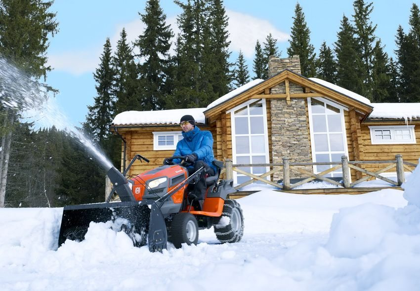 Для очистки от снега также очень удобно использовать мини-трактор