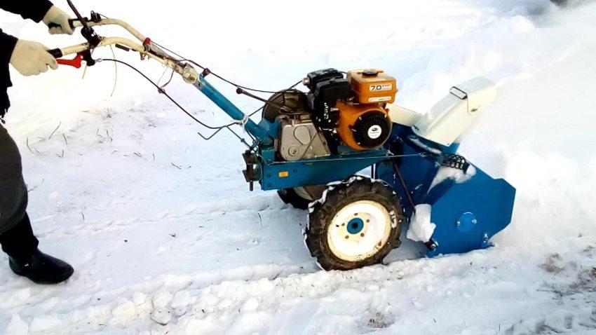 При использовании снегоуборшика соблюдайте меры предосторожности и технику безопасности