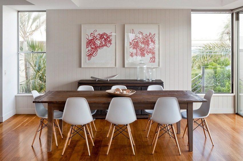 В дизайне столовой использованы стеновые панели ПВХ белого цвета
